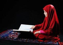 طفلة مع القرآن